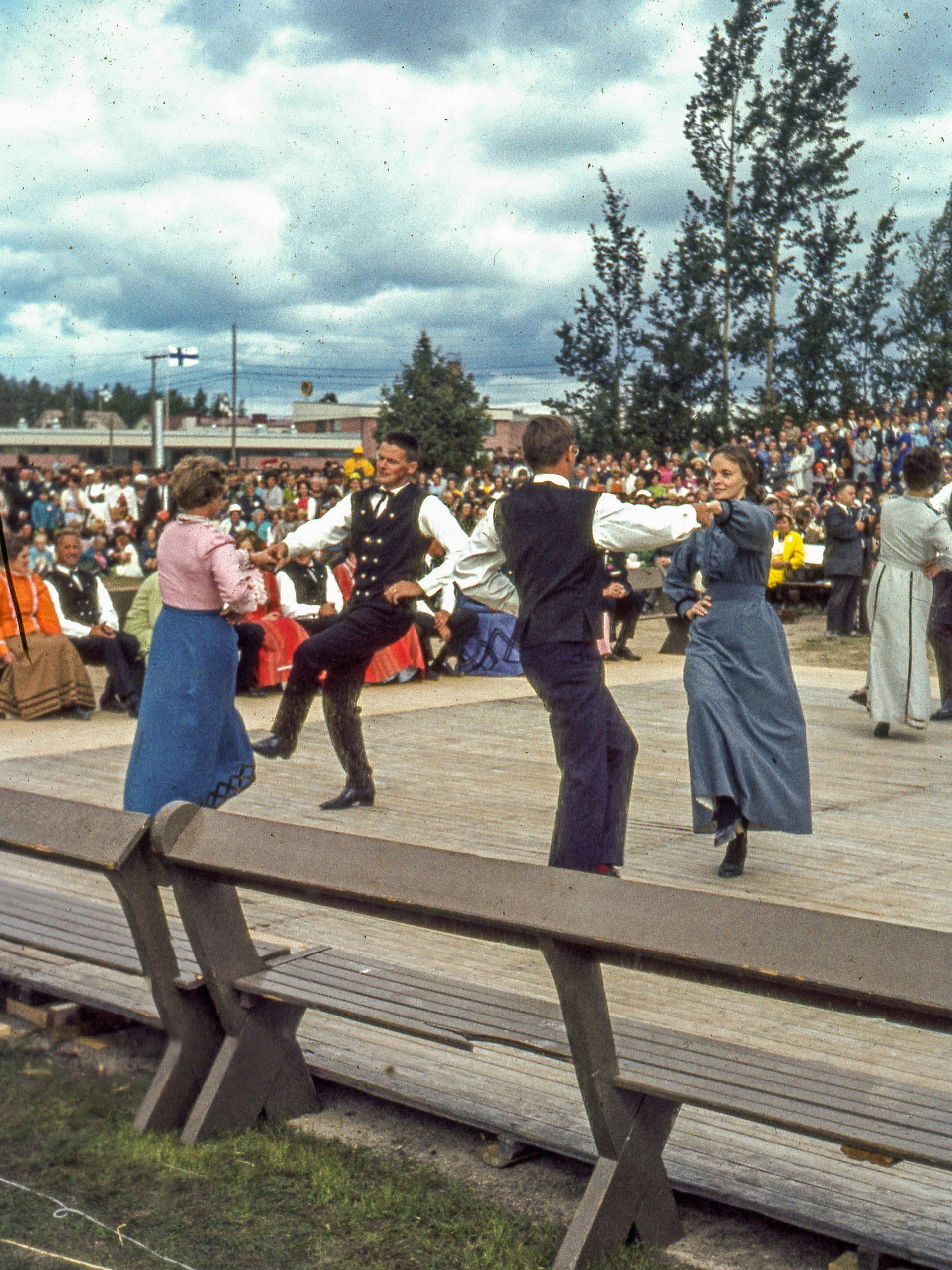 Kuvassa kaustislaisia tanssimassa purppuria Kaustisen kansanmusiikkijuhlilla vuonna 1968.