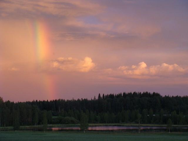 Sateenkaari iltahämärissä Kaustiella.