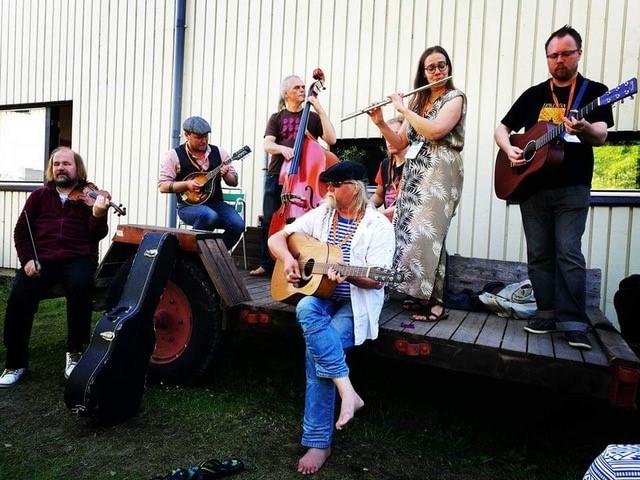 Kuusi soittaja lavalla musiikkilukio seinustalla.