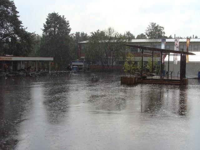Vesisade piiskaa tyhjää festivaalialuetta.