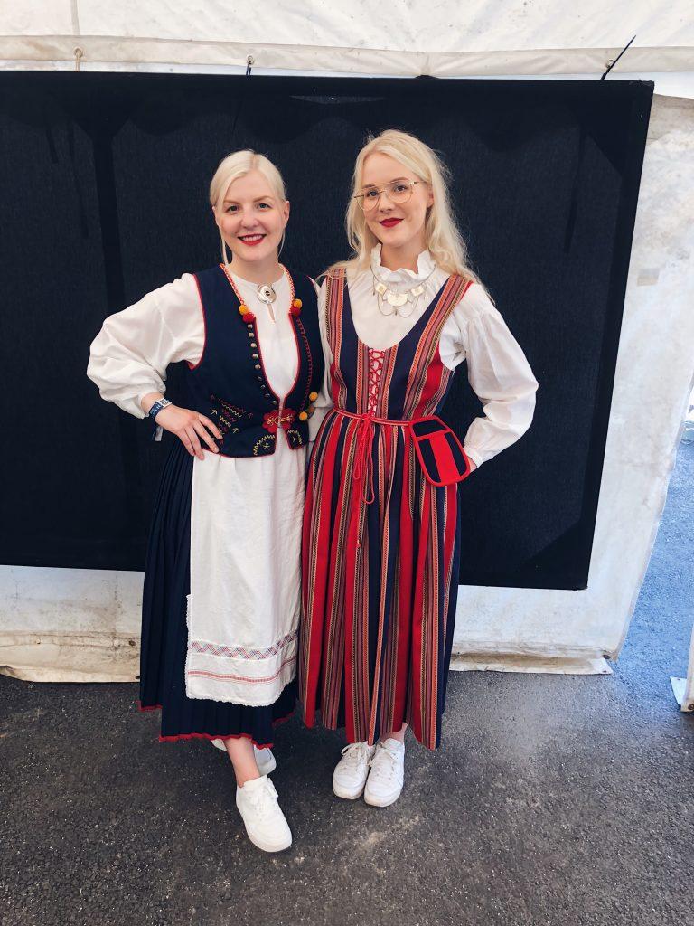 Kuvassa siskokset Neea Lamminmäki ja Oona Harju poseeraavat festivaalin aloituspäivänä kansallispuvuissaan.