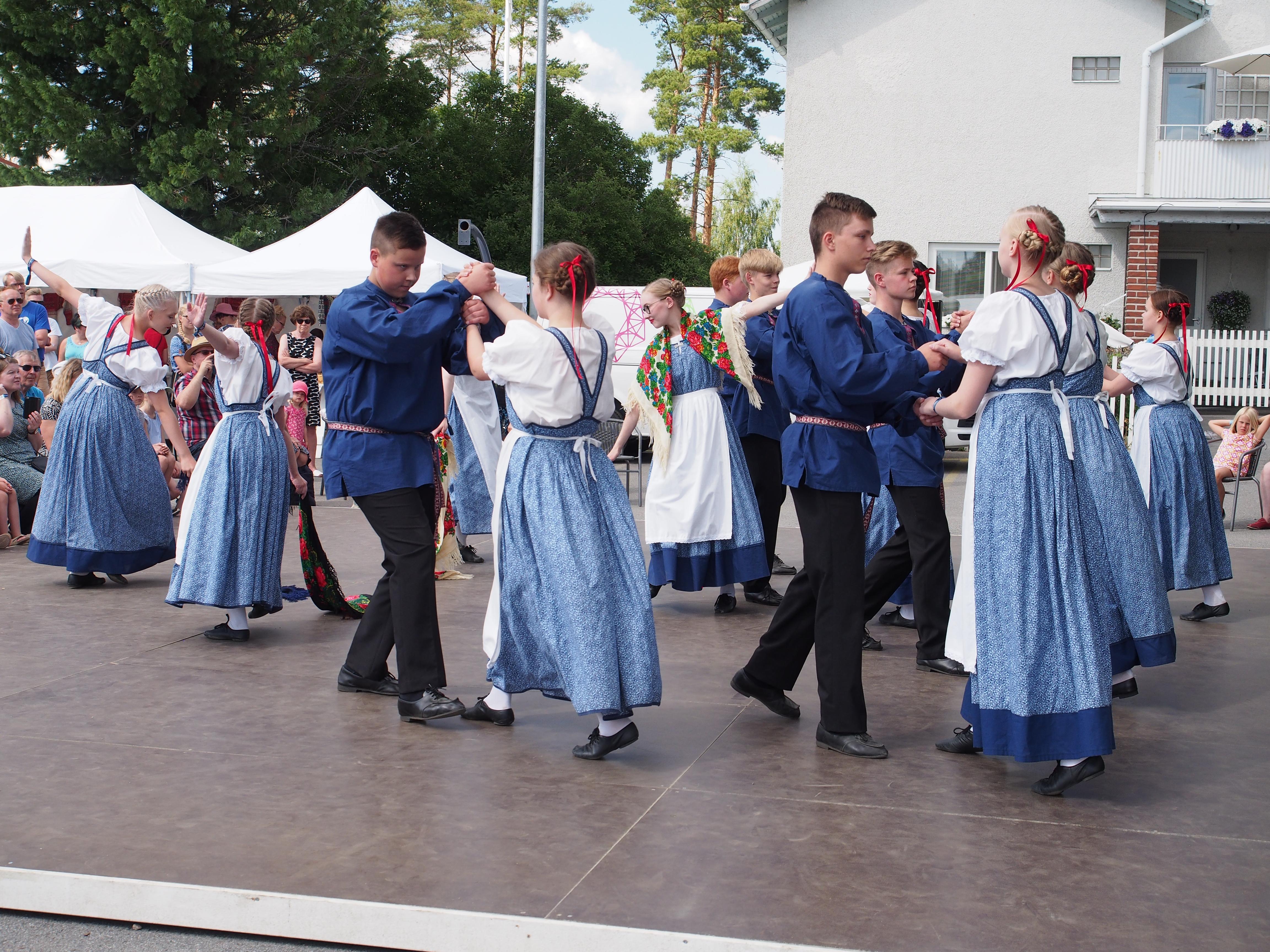 Kaustislainen kansantanssiryhmä JunioriOttoset esiintymässä festivaalin Juhlapiha-lavalla vuonna 2018. Kuvan on ottanut Eveliina Aho.