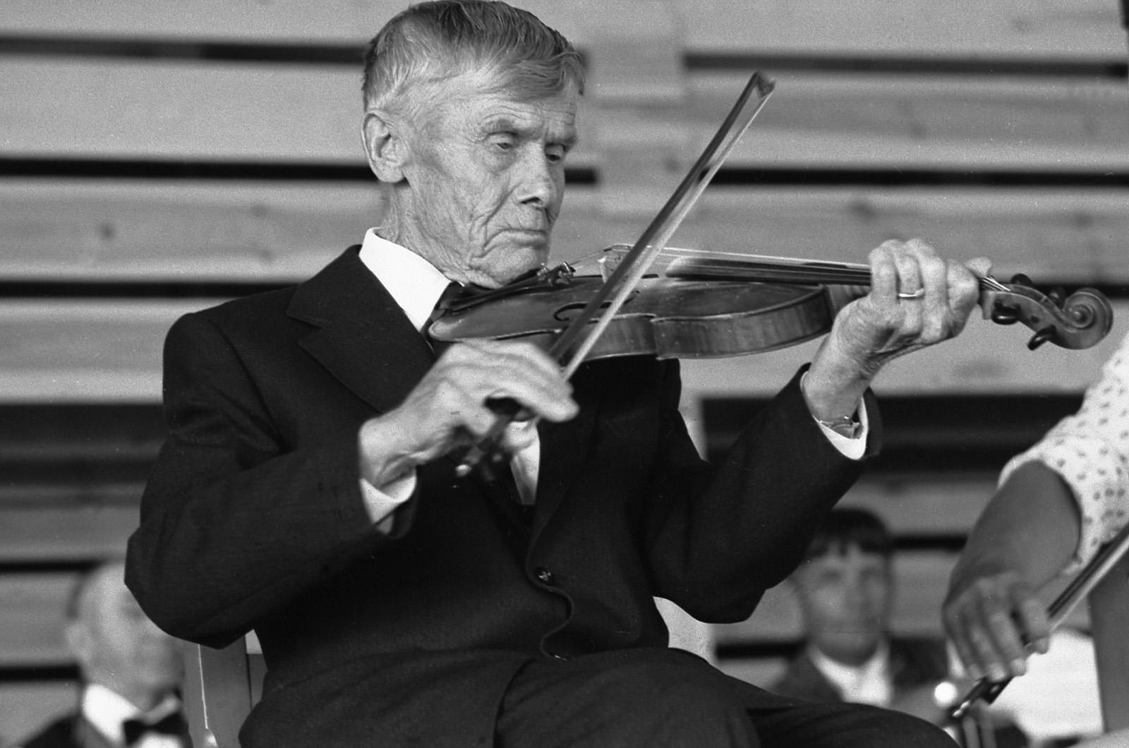 Mestaripelimanni Kustaa Järvinen soittaa viulua keskittyneesti Kaustisella vuonna 19745