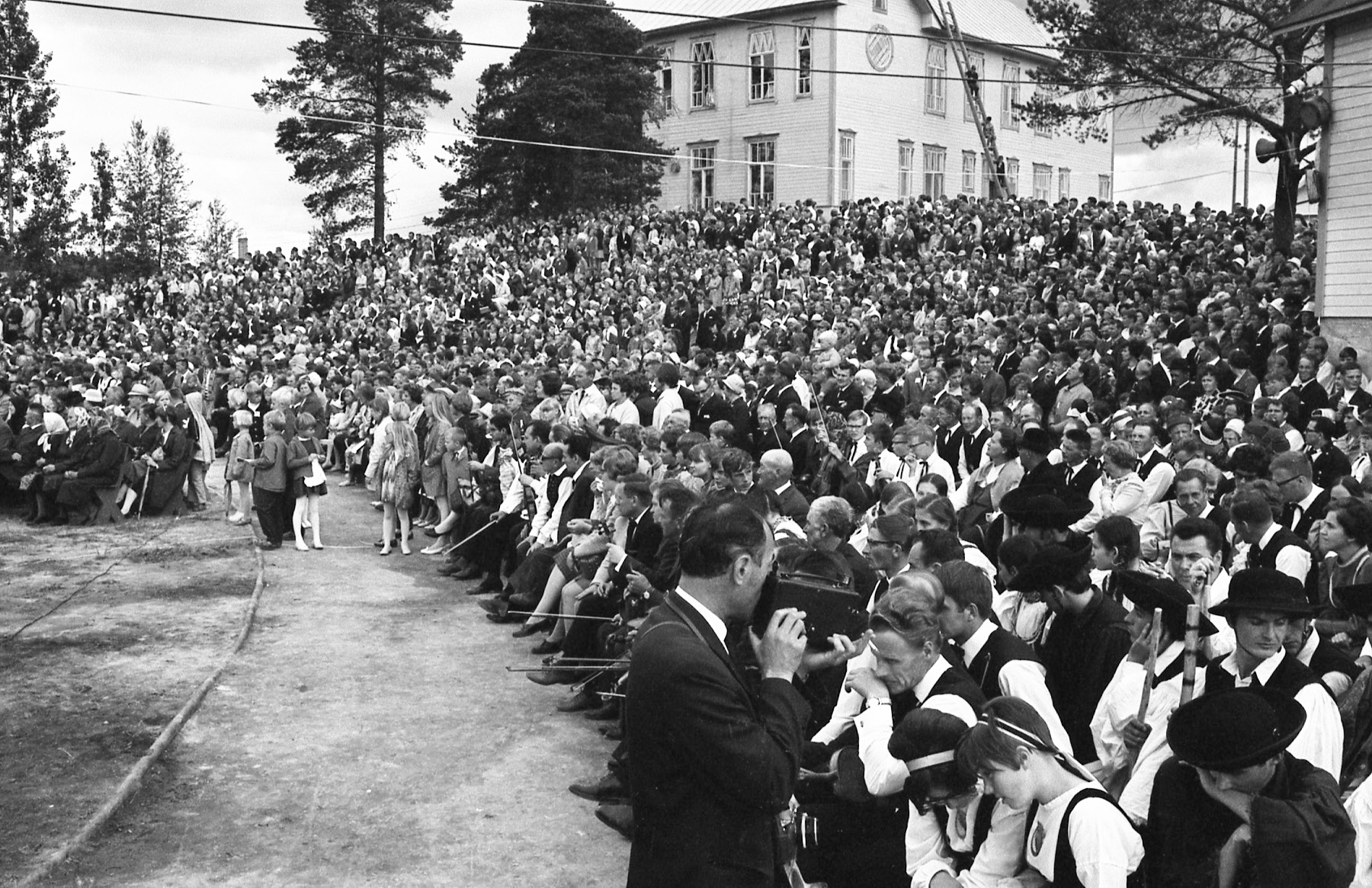 Kuvassa paljon yleisöä ja pelimanneja Kaustisen ensimmäisillä kansanmusiikkijuhlilla vuonna 1968. Mustavalkokuvan on ottanut Leo Torppa.
