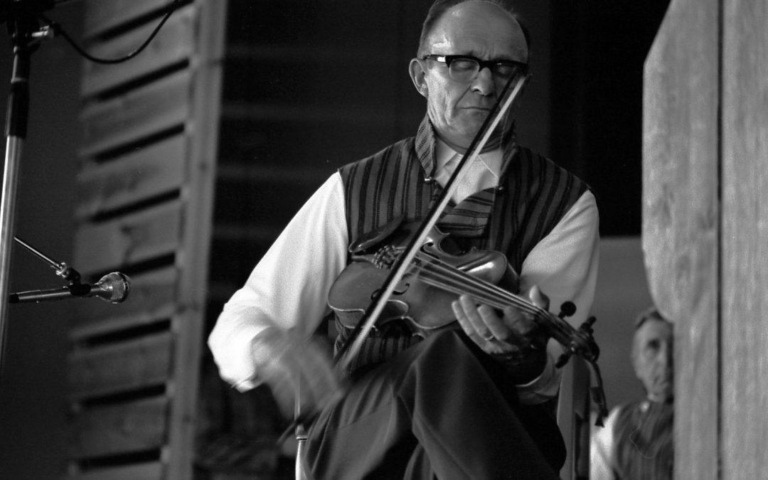 Mestaripelimanni Otto Hotakinen soittaa viulua.